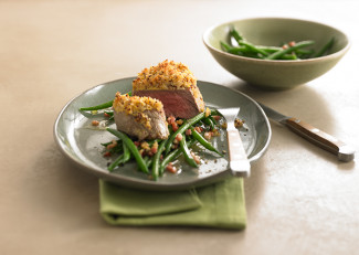 Fillet steak with an onion crust and green beans with bacon